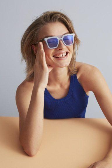 Model mit blauer FLEYE Copenhagen Brille