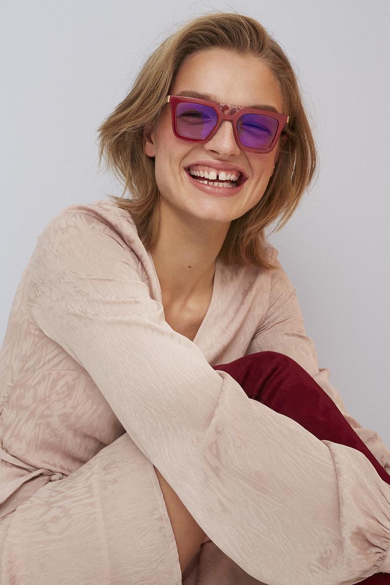 weibliches Model mit gefärbter FLEYE Copenhagen Brille