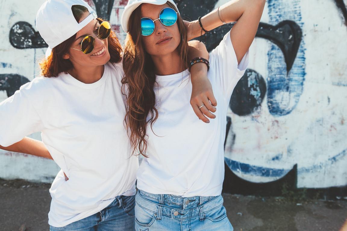 Zwei Mädels im lässigen Outfit und Hipster-Sonnenbrille
