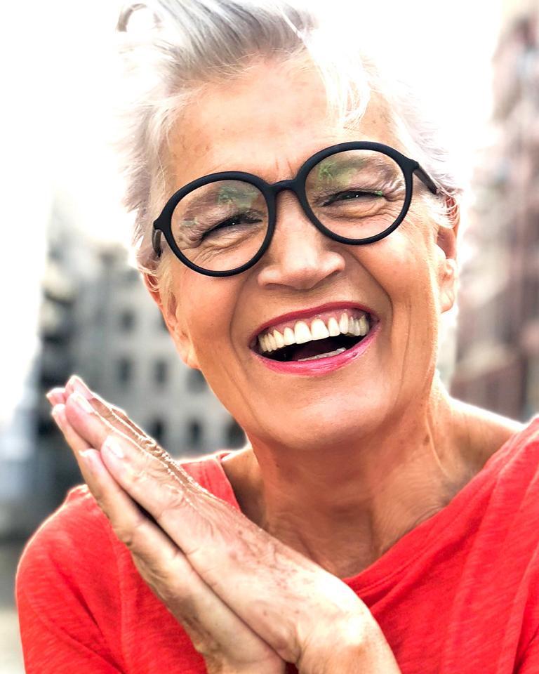 Greta Silver mit schwarzer Hornbrille