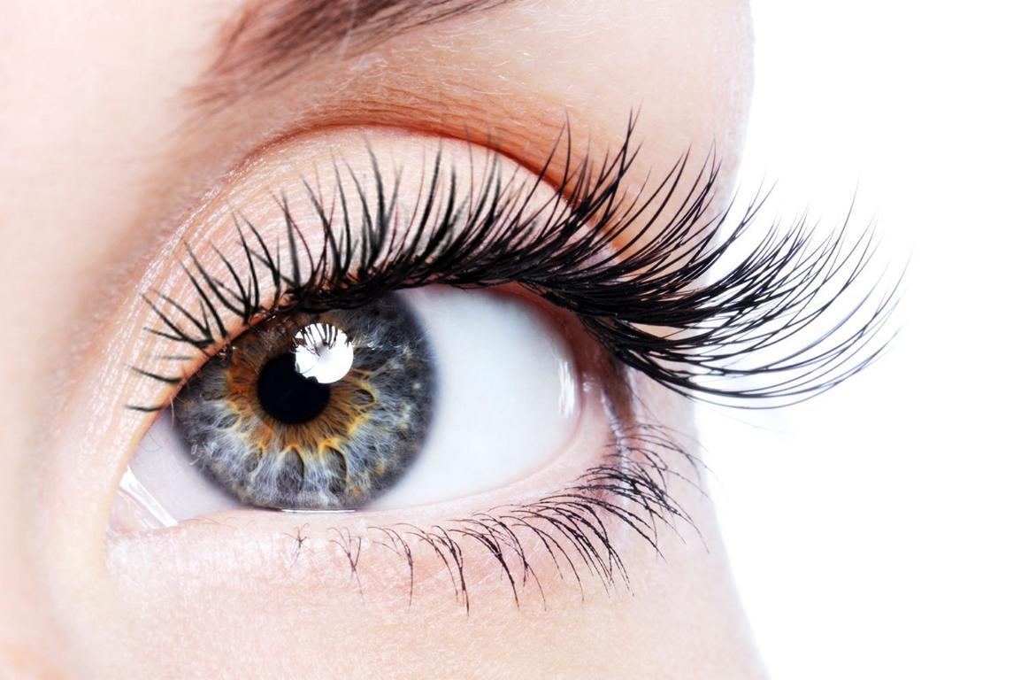 Nahaufnahme eines Augen mit gefärbten WImpern