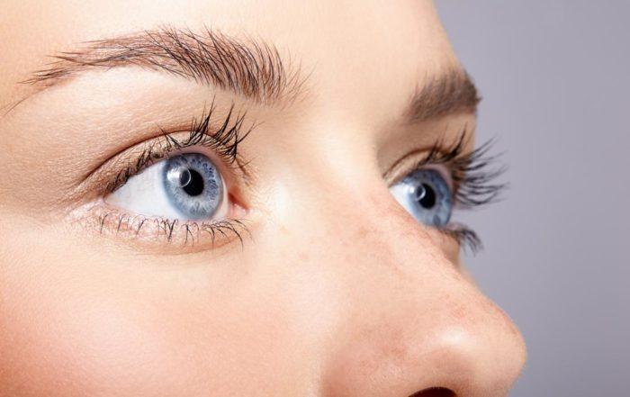 Wimpern färben - Nahaufnahme der Augenpartie einer Frau