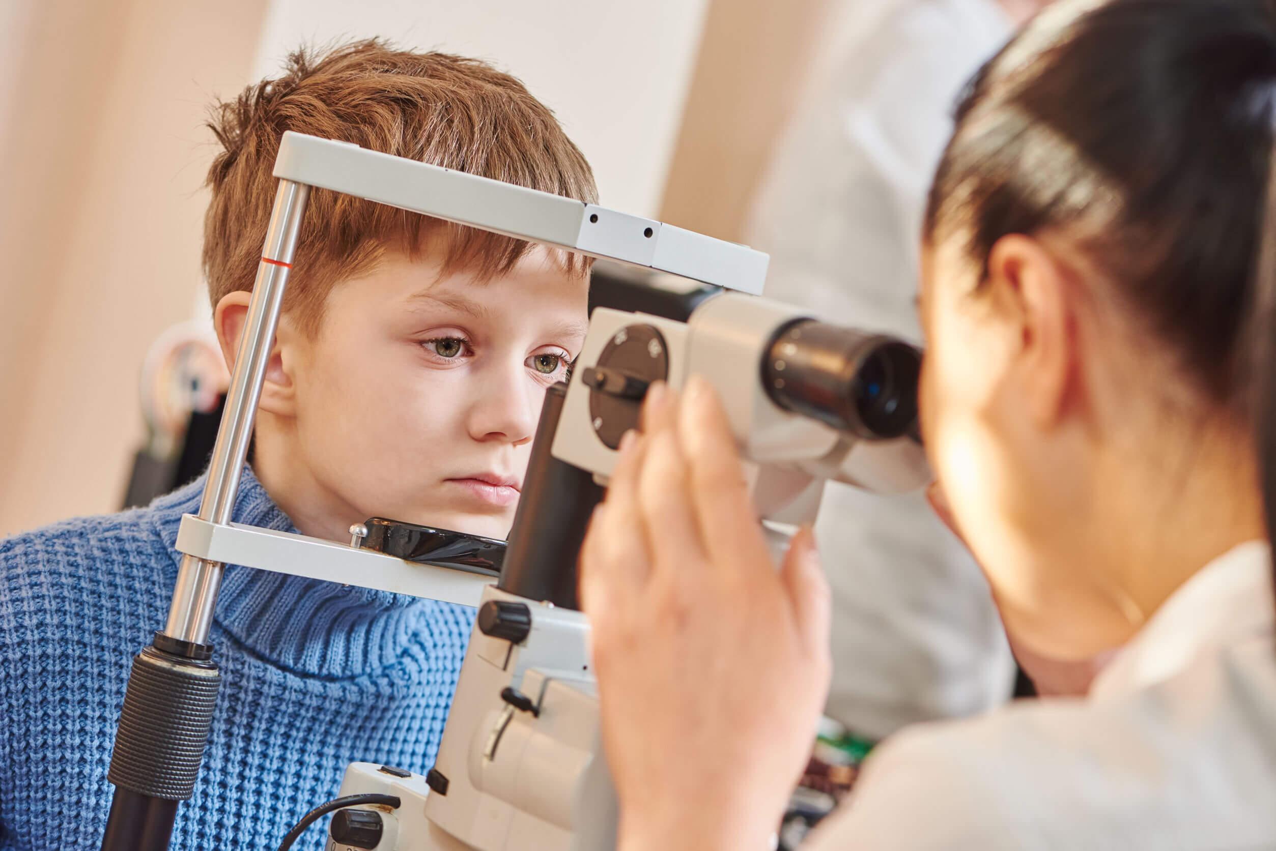 Kind wird am Auge untersucht
