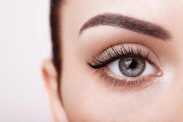 Wimpernserum - Nahaufnahme eines Auges mit langen wImpern