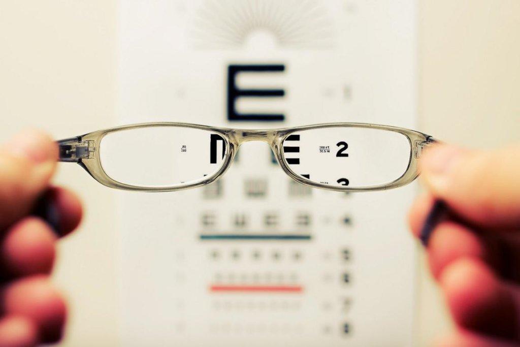Brillenpass: Zylinder, Achse und Augenabstand